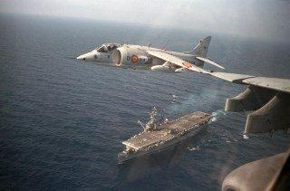 Portaaviones Dedalo sobrevolado por Harrier