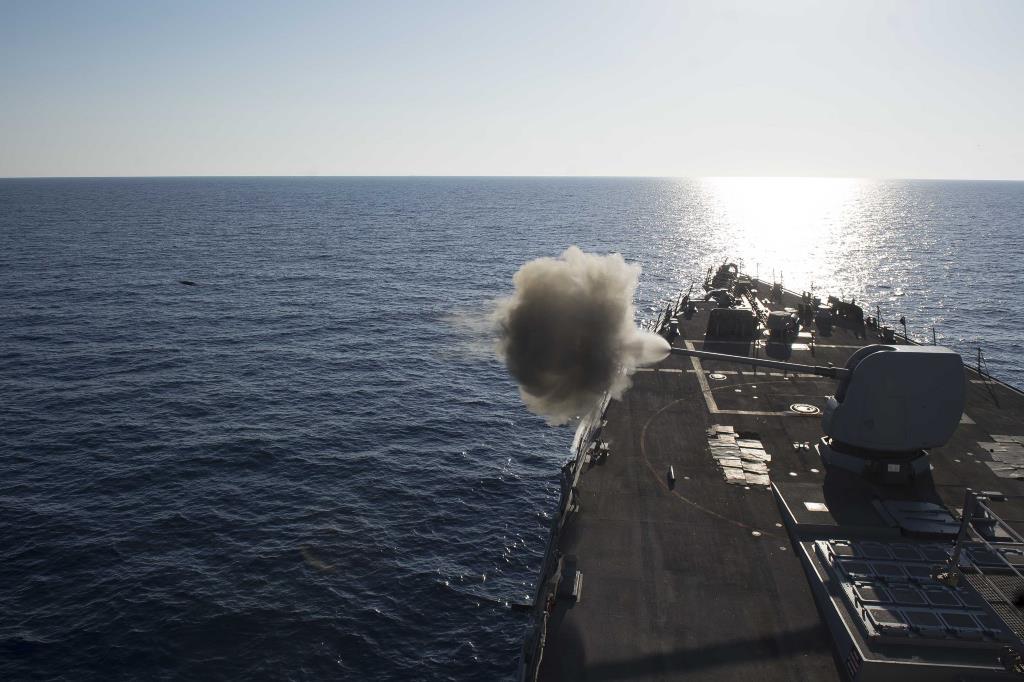 Cañón Mk-45 disparando