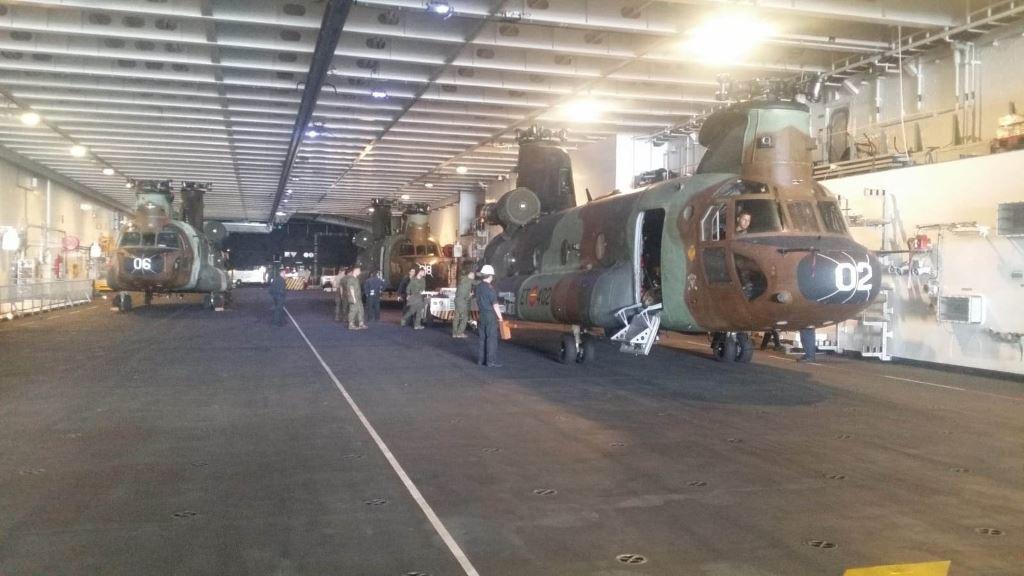 Portaaereonaves Juan Carlos I: Chinook en el hangar